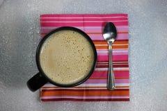 Κούπα καφέ στη ζωηρόχρωμη πετσέτα Στοκ εικόνα με δικαίωμα ελεύθερης χρήσης