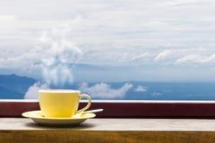 Κούπα καφέ στον ξύλινο τοπ πίνακα κατά την άποψη Arial Mountian Στοκ Εικόνα