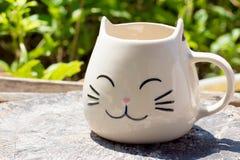 Κούπα κεραμικής μορφής γατών στον ξύλινο πίνακα στοκ φωτογραφίες