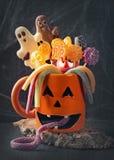 Κούπα κολοκύθας με τα γλυκά στοκ εικόνες