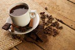 Κούπα με τα καυτά φασόλια καφέ και arabica καφέ Στοκ φωτογραφία με δικαίωμα ελεύθερης χρήσης
