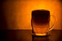 Κούπα με την μπύρα σε ένα όμορφο υπόβαθρο Στοκ φωτογραφίες με δικαίωμα ελεύθερης χρήσης
