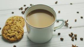 Κούπα με τον καφέ και τα μπισκότα απόθεμα βίντεο