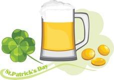 Κούπα μπύρας, νομίσματα και φύλλο τριφυλλιού Συγχαρητήρια με την ημέρα του ST Πάτρικ Στοκ φωτογραφίες με δικαίωμα ελεύθερης χρήσης