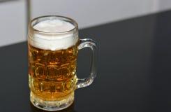 Κούπα μπύρας στον πίνακα στοκ εικόνες με δικαίωμα ελεύθερης χρήσης