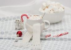 Κούπα της καυτής σοκολάτας με το μαντίλι Marshmallows και Στοκ Εικόνες