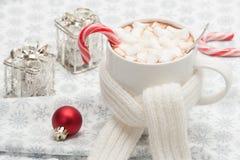 Κούπα της καυτής σοκολάτας με το μαντίλι Marshmallows και Στοκ φωτογραφία με δικαίωμα ελεύθερης χρήσης