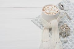 Κούπα της καυτής σοκολάτας με το μαντίλι marshmallows Στοκ φωτογραφία με δικαίωμα ελεύθερης χρήσης