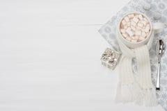 Κούπα της καυτής σοκολάτας με το μαντίλι marshmallows Στοκ Εικόνες