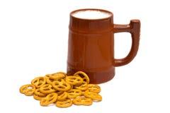 Κούπα της μπύρας και pretzels Στοκ Εικόνες