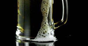 Κούπα της μπύρας στο μαύρο κλίμα 4k απόθεμα βίντεο