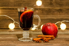 Κούπα του θερμαμένου κρασιού με τα καρυκεύματα κοντά επάνω Apple, ραβδιά κανέλας και γλυκάνισο αστεριών σε έναν ξύλινο πίνακα, φα Στοκ φωτογραφίες με δικαίωμα ελεύθερης χρήσης