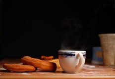 Κούπα του καυτού τσαγιού με doughnuts Στοκ Φωτογραφίες