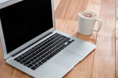 Κούπα του καφέ και του lap-top Στοκ εικόνα με δικαίωμα ελεύθερης χρήσης