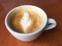 Κούπα του καφέ με το φανταχτερό σχέδιο στην κορυφή Στοκ Εικόνες