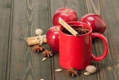 Κούπα του τσαγιού ή του καφέ Μήλα, καρυκεύματα Ξύλινος Στοκ Φωτογραφία