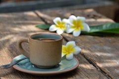 Κούπα φλυτζανιών καφέ στον παλαιό ξύλινο πίνακα Στοκ εικόνες με δικαίωμα ελεύθερης χρήσης