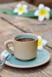 Κούπα φλυτζανιών καφέ στον παλαιό ξύλινο πίνακα Στοκ Εικόνες