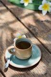 Κούπα φλυτζανιών καφέ στον παλαιό ξύλινο πίνακα Στοκ φωτογραφία με δικαίωμα ελεύθερης χρήσης