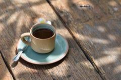 Κούπα φλυτζανιών καφέ στον παλαιό ξύλινο πίνακα Στοκ εικόνα με δικαίωμα ελεύθερης χρήσης