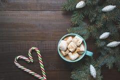 Κούπα Χριστουγέννων του καυτού καφέ με marshmallow στον ξύλινο πίνακα νέο έτος πρόσθετες διακοπές μορφής καρτών Αγροτικό ύφος Τοπ στοκ φωτογραφία με δικαίωμα ελεύθερης χρήσης