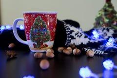 Κούπα χριστουγεννιάτικων δέντρων σε έναν διακοσμημένο πίνακα Στοκ Φωτογραφίες