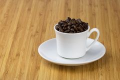 Κούπα Espresso με το σύνολο πιατακιών των φασολιών καφέ Στοκ φωτογραφίες με δικαίωμα ελεύθερης χρήσης