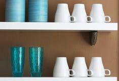 Κούπες και φλυτζάνια που αποθηκεύονται στο ράφι Στοκ εικόνα με δικαίωμα ελεύθερης χρήσης