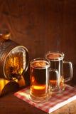 Κούπες μπύρας και μικρό βαρέλι Στοκ Εικόνες