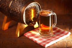 Κούπες μπύρας και μικρό βαρέλι Στοκ εικόνα με δικαίωμα ελεύθερης χρήσης