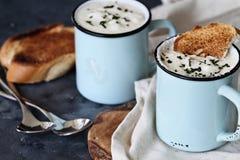 Κούπες της καυτής σούπας πατατών με το ψωμί Στοκ Φωτογραφία