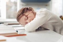 Κούρασε λίγο νυσταλέο ύπνο μαθητριών στον εργασιακό χώρο στοκ εικόνες με δικαίωμα ελεύθερης χρήσης