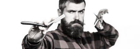 Κούρεμα ατόμων, ξύρισμα Γενειοφόρο άτομο, μακριά γενειάδα, βάναυσο, καυκάσιο hipster με το moustache Τρύγος barbershop barbells στοκ εικόνα με δικαίωμα ελεύθερης χρήσης