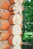 Κούτσουρα που διπλώνονται σε ένα blockhouse - ο τοίχος ενός ξύλινου σπιτιού Στοκ Φωτογραφία
