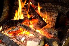 Κούτσουρα που καίνε στην πυρκαγιά Στοκ φωτογραφίες με δικαίωμα ελεύθερης χρήσης