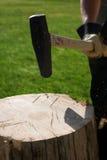 κούτσουρο τσεκουριών Στοκ εικόνες με δικαίωμα ελεύθερης χρήσης