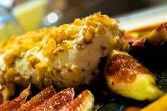 Κούτσουρο τυριών αιγών με τα ξύλα καρυδιάς και τα σύκα Στοκ εικόνες με δικαίωμα ελεύθερης χρήσης