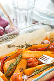 Κολοκύθα που ψήνεται με το σκόρδο και το δεντρολίβανο Στοκ Εικόνες