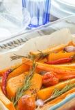 Κολοκύθα που ψήνεται με το σκόρδο και το δεντρολίβανο Στοκ Φωτογραφίες