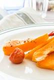Κολοκύθα που ψήνεται με το σκόρδο και το δεντρολίβανο Στοκ φωτογραφίες με δικαίωμα ελεύθερης χρήσης