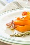 Κολοκύθα που ψήνεται με το σκόρδο και το δεντρολίβανο Στοκ εικόνα με δικαίωμα ελεύθερης χρήσης