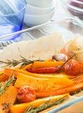 Κολοκύθα που ψήνεται με το σκόρδο και το δεντρολίβανο Στοκ εικόνες με δικαίωμα ελεύθερης χρήσης