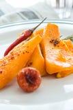 Κολοκύθα που ψήνεται με το σκόρδο και το δεντρολίβανο Στοκ φωτογραφία με δικαίωμα ελεύθερης χρήσης