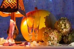 Κολοκύθα, φλυτζάνια γυαλιού, hydrangea, fonr και θερμό φως λαμπτήρων Romant Στοκ Εικόνες