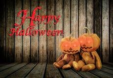 Κολοκύθες αποκριών στο ξύλινο υπόβαθρο με το μήνυμα & x27 Ευτυχές Halloween& x27  Στοκ εικόνες με δικαίωμα ελεύθερης χρήσης