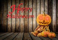 Κολοκύθες αποκριών στο ξύλινο υπόβαθρο με το μήνυμα & x27 Ευτυχές Halloween& x27  Στοκ Εικόνες