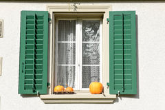 Κολοκύθες στο αγροτικό παράθυρο Στοκ Φωτογραφίες