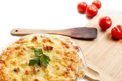 Κολοκύνθη και κρέας, που τηγανίζονται με το τυρί, ντομάτα, τυρί εξοχικών σπιτιών σε ένα γυαλί Casserole, μαγείρεμα, κουζίνα Στοκ Φωτογραφία