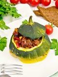 Κολοκύνθη πράσινη που γεμίζει με το κρέας και τα λαχανικά στον ελαφρύ πίνακα Στοκ Φωτογραφίες