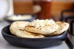 Κολομβιανό άσπρο arepa καλαμποκιού με το τυρί Στοκ Φωτογραφίες